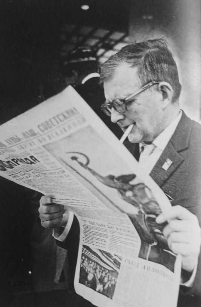 Dimitri Shostakovich leyendo el Pravda