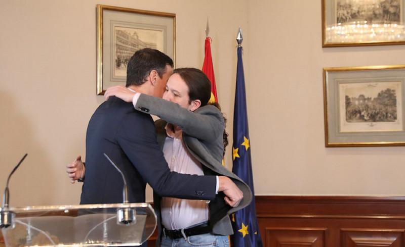Sánchez abraza a Iglesias tras el preacuerdo del Gobierno de coalición