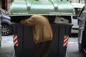 Un hombre rebusca en el interior de un contenedor. Fuente La Opinión de Málaga 16.05.13