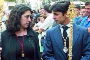 """""""Susana Diaz, de morena y confrade con Fran Rivera"""". Fuente: Amazing"""