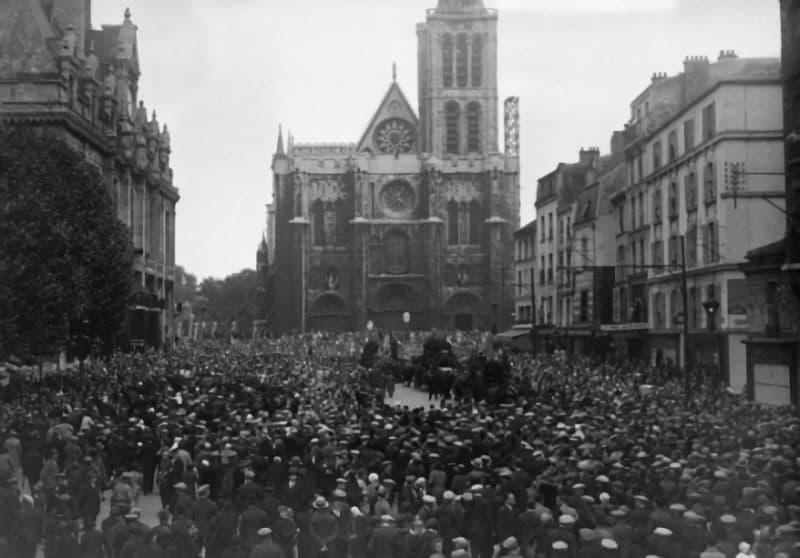 Solemne despedida de los restos de Pierre Degeyter en la ciudad obrera de Saint-Denis, en octubre de 1932. Fotografía: Gamma Keystone - Getty