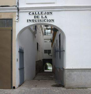 """En nuestros días, """"Callejón de la Inquisición"""", situado en el barrio de Triana de Sevilla, junto al Castillo de San Jorge. Fuente: Heródoto&Cía, Portal de Historia Universal, 15/04/2017"""