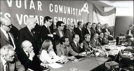 Los dirigentes del PCE legalizado con la bandera de la monarquía al fondo.  Fuente: SinPermiso, 19 de septiembre de 2020