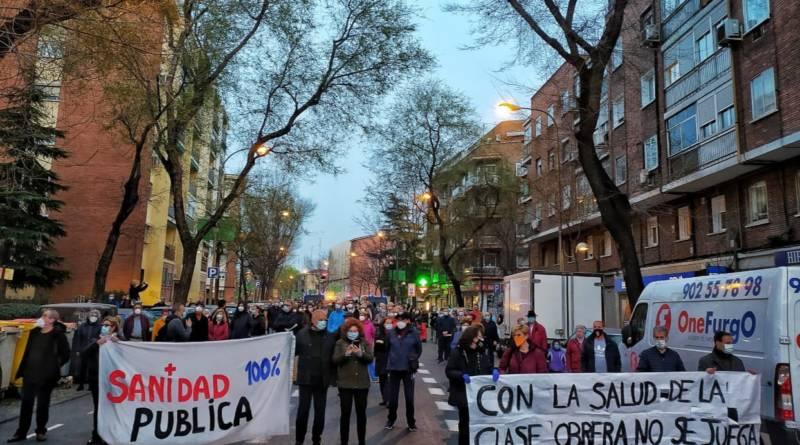 Vecinos de Carabanchel (Madrid) se manifiestan en defensa de la sanidad pública. Fuente Alternativas Económicas 31/03/2021