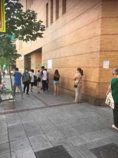 Centro de Salud  General Ricardos: hemos llegado a contar hasta 23 personas en la fila. Fuente: Asamblea Popular de Carabanchel 22.07.20