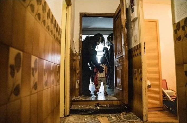 """""""Cuatro menores son desalojados, con su familia,  en Vallecas, mientras los vecinos gritan ¡vergüenza!¡vergüenza! Fuente: Jon Imanol, El Plural 14/07/2021"""