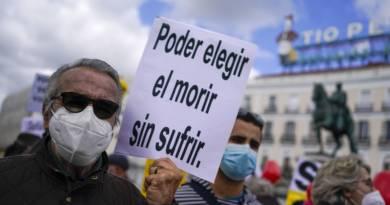 Manifestantes se concentran a favor de la aprobación de la ley de eutanasia en la Puerta del Sol en Madrid el 18 de febrero de 2021. Autor Andrea Comas El País