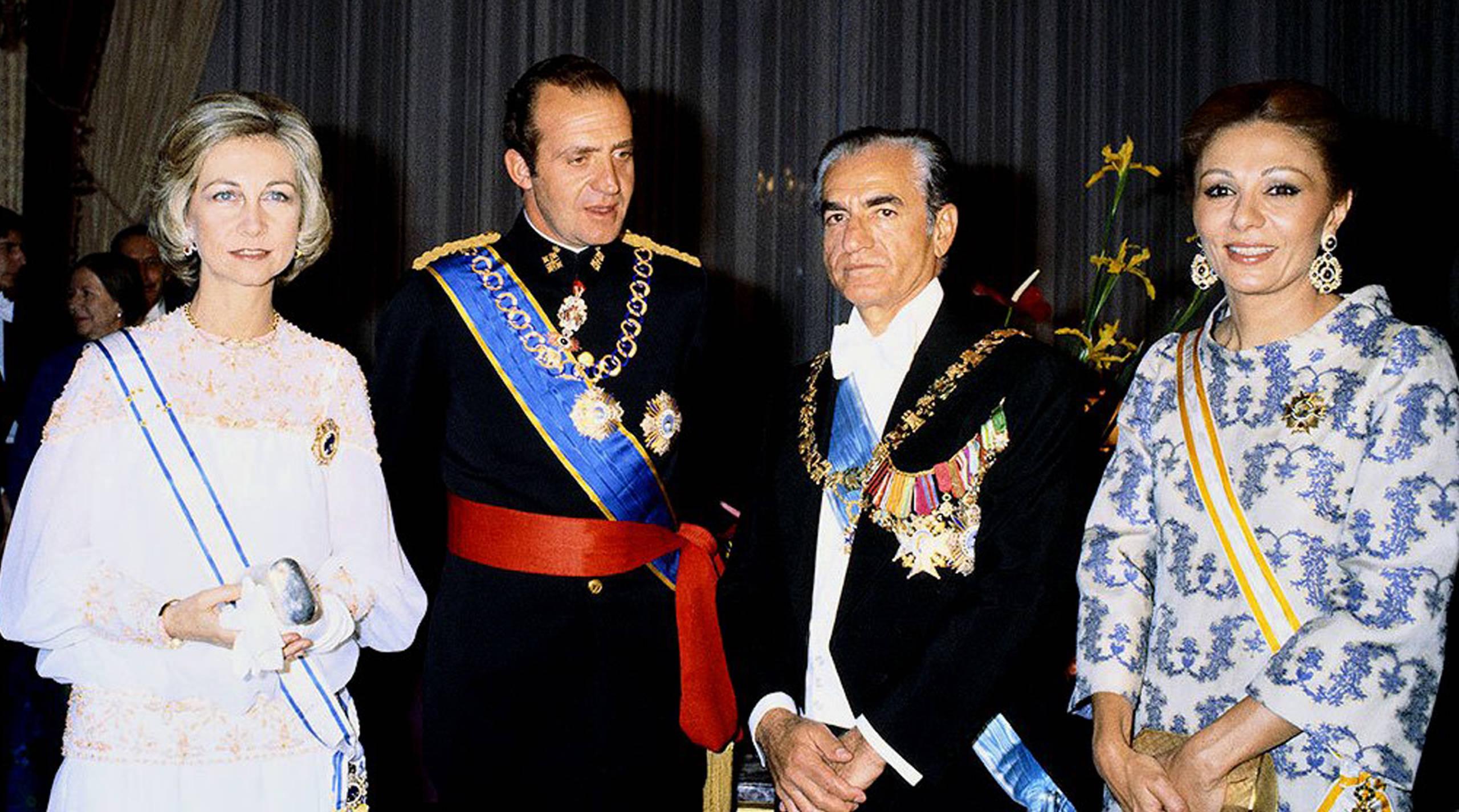 El Rey emérito envió una carta al entonces sha de Persia, Reza Pahlevi en la que le pedía diez millones de dólares para salvar a España de las hordas marxistas, y ya de paso colocar a su elegido, Adolfo Suarez, en el Palacio de la Moncloa.