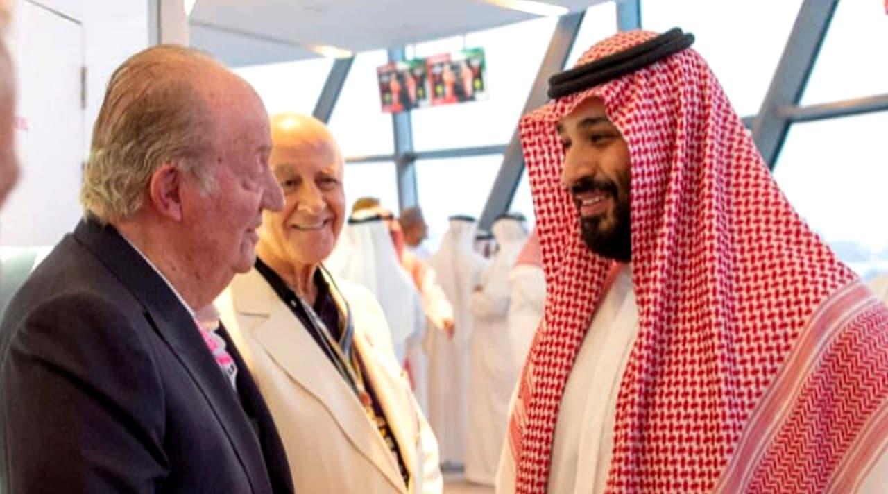 Juan Carlos saluda al príncipe heredero de Arabia Saudi, Mohamen bin Salman, presunto responsable del asesinato del periodista Khashoggi. Fuente: El Mundo, 26.11.18